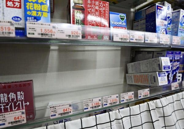 うがい薬などが売り切れ、空になった薬局の棚(4日午後、大阪・心斎橋)=共同