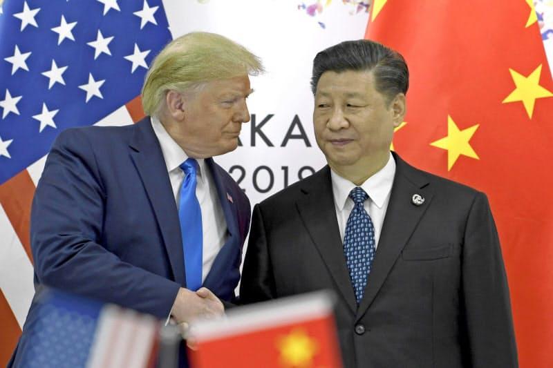 2019年6月、G20サミットが開かれた大阪で握手するトランプ米大統領(左)と中国の習近平国家主席(AP=共同)