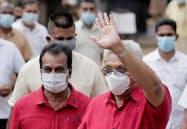 投票後、支援者に手を振るスリランカのラジャパクサ大統領(右)(5日、コロンボ)=ロイター