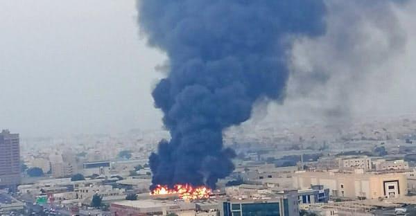 火災で大きな黒煙が立ち上ったアジュマン=ロイター