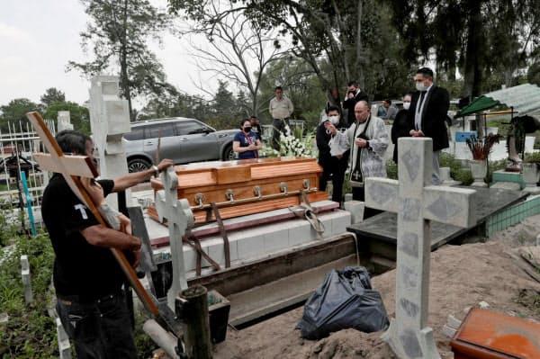 メキシコの死者数は世界で3番目に多い(4日、メキシコシティ近郊の墓地)=ロイター