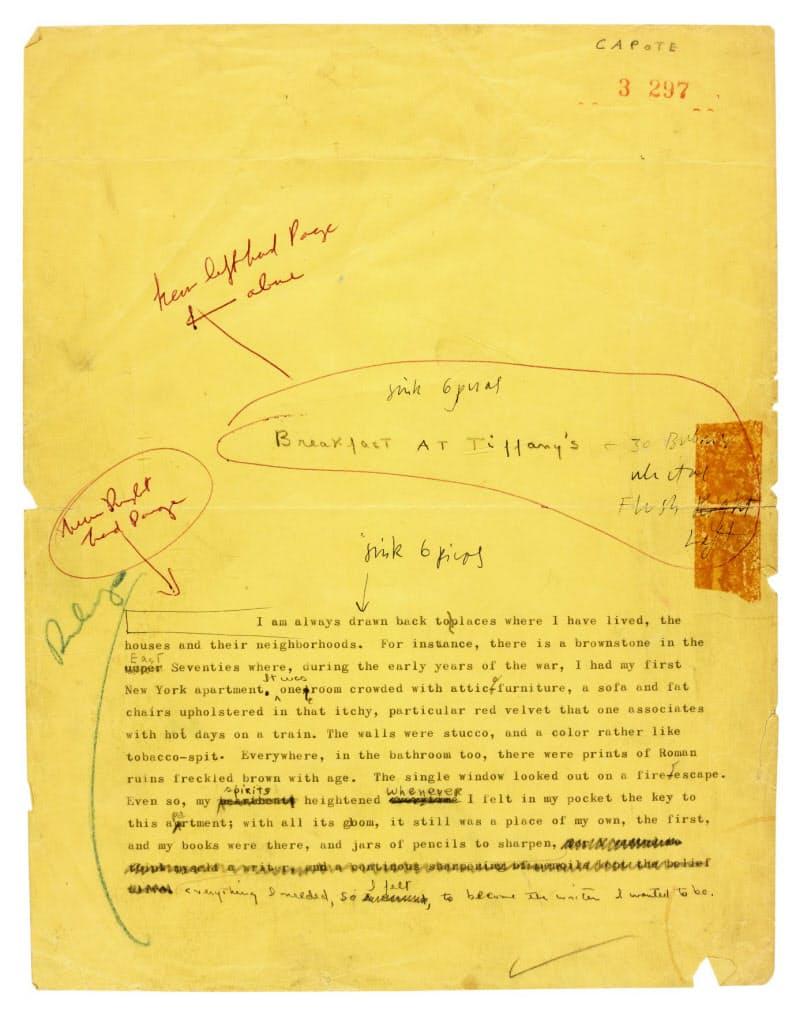 落札された「ティファニーで朝食を」の最終稿。タイプライターで打たれた文字の上から手書きで推敲されている(サザビーズ提供)