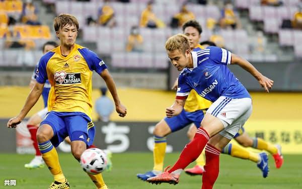 横浜Mのティーラトン(右)らタイ選手が出場するJリーグの試合はタイ国内でも注目される=共同