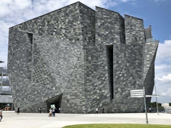 美術館・博物館・図書館の機能の融合をめざす角川武蔵野ミュージアム(埼玉県所沢市)
