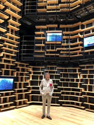 高さ8メートルの書棚が四方を取り囲む「本棚劇場」の棚も隈研吾(写真中央)のデザイン