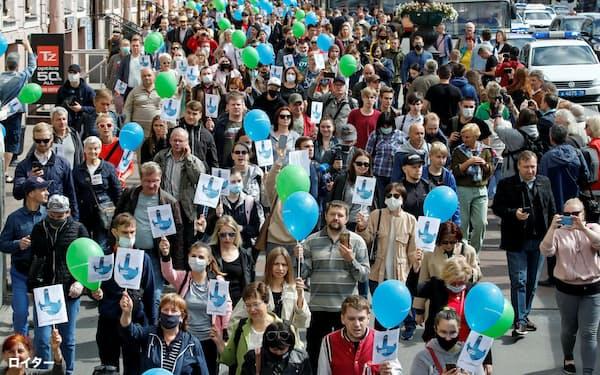 平和的に街中を練り歩くハバロフスクの抗議デモ=ロイター