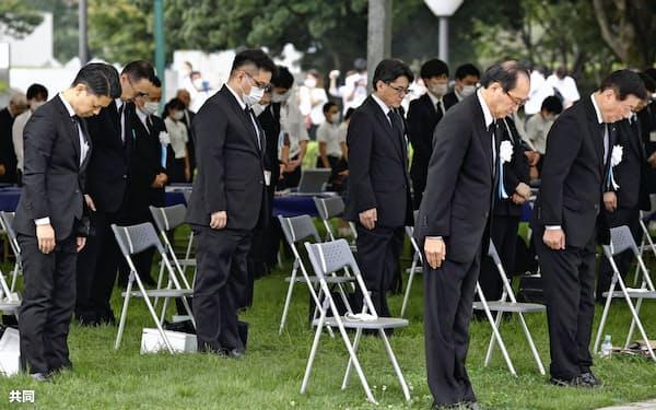 平和記念式典で原爆投下時刻に黙とうする参列者。右から2人目は広島市の松井一実市長(6日午前、平和記念公園)=共同
