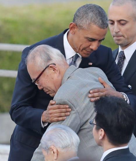 現職の米国大統領として初めて被爆地の広島を訪問。被爆者の森重昭さんを抱きしめるオバマ大統領(2016年5月)=小川望撮影