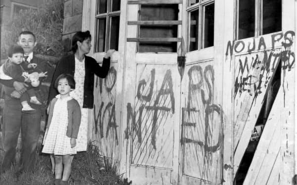 強制収容所での暮らしを余儀なくされた日系アメリカ人の家族(1945年)=AP