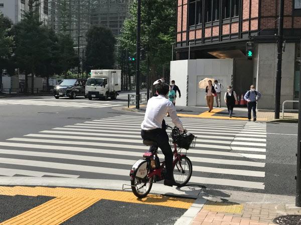 オフィス街で自転車に乗る人を見かける機会が増えた(東京・大手町)
