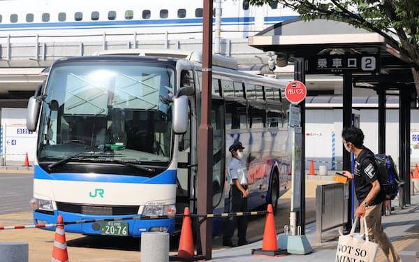 県の緊急事態宣言でお盆休みの帰省をあきらめる人も(6日、JR名古屋駅前の高速バス乗り場)
