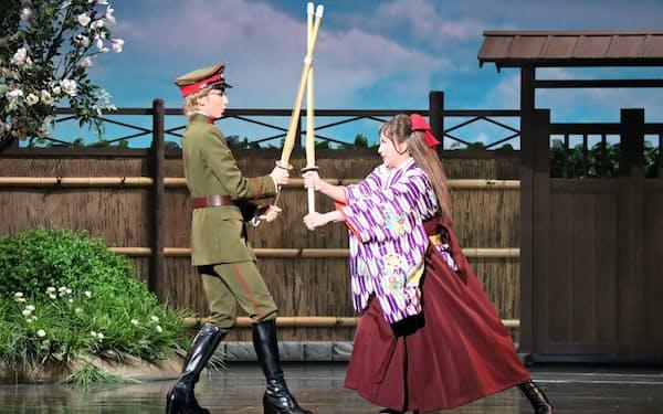 初演・再演ともに柚香光(左)が伊集院忍を、華優希が花村紅緒を演じる