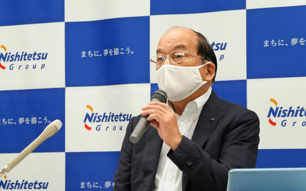 2020年4~6月期の業績を説明する西日本鉄道の倉富純男社長(6日)