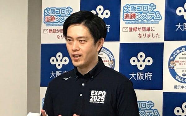 記者団の取材に応じる吉村知事(6日、大阪府庁)