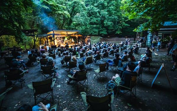 木々に囲まれたキャンプ場で開かれた「#ライブフォレストフェス」。スタンディングが基本の野外フェスだが、観客には着席か、決められたエリアで立つことだけが許された(7月31日、東京都あきる野市)