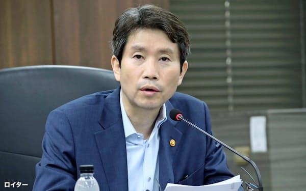 南北交流の検討を主導する韓国の李仁栄統一相=聯合・ロイター
