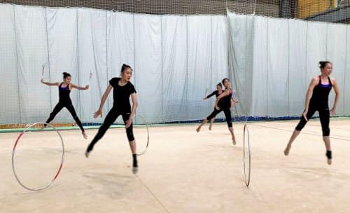 日本体操協会が公開した新体操日本代表の練習動画。右端は主将の杉本早裕吏=同協会提供・共同