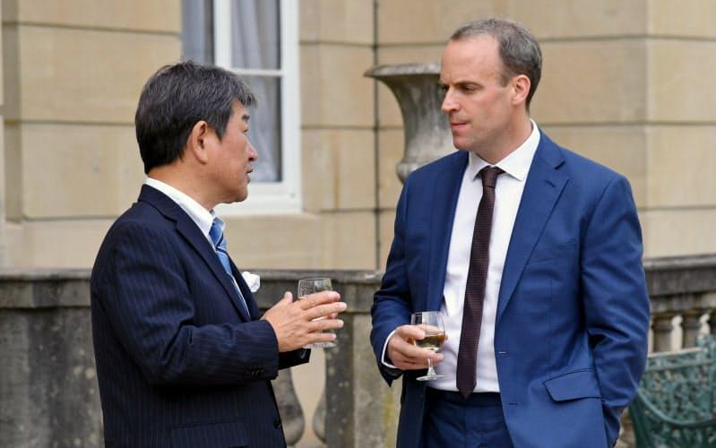日英外相会談に臨む茂木外相(左)とラーブ外相(5日、ロンドン)=外務省提供
