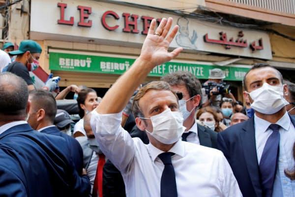 6日、ベイルート市内を視察して手を振るマクロン仏大統領=ロイター