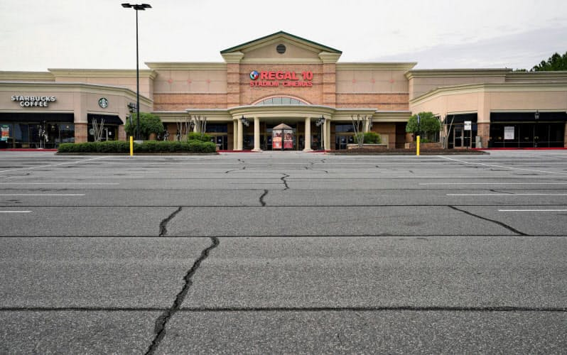 新型コロナの影響で閉鎖され、閑散とする映画館(4月、ジョージア州)=ロイター