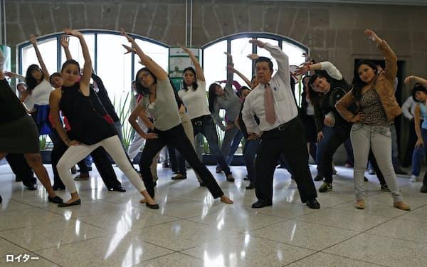 メキシコでは肥満が全国的な課題だ(2013年、体操に参加する公務員)=ロイター