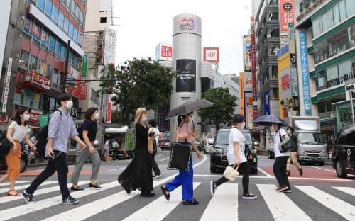 緊急事態宣言の解除後、行き交う人が増えた東京・渋谷の繁華街(6月15日)