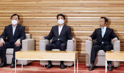 閣議に臨む安倍首相(7日午前、首相官邸)