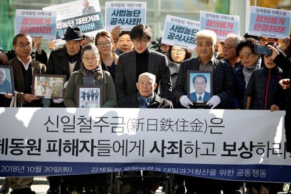 日韓両政府の主張は平行線が続く(18年10月)=ロイター