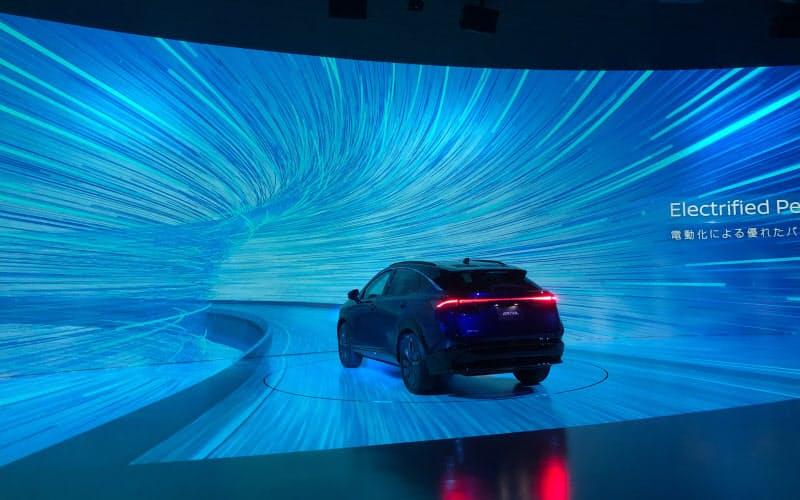 「ザ シアター」では、映像を重ね合わせて自動車が実際に走っているように見せる