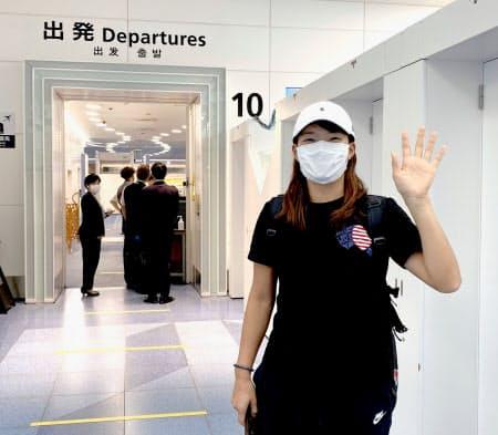 英国への出発前に手を振る女子ゴルフの渋野日向子(7日、羽田空港)=株式会社ゾーン提供・共同