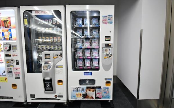 日本空港ビルデングが羽田空港に設置したマスクの自動販売機(右)