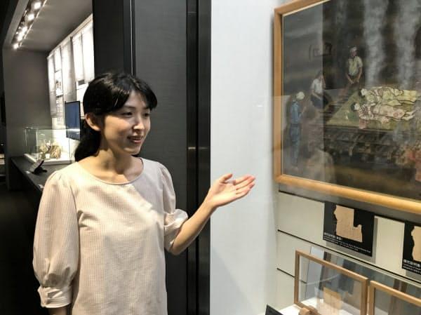 長崎原爆資料館の展示物を解説する学芸員の弦本美菜子さん(長崎市)