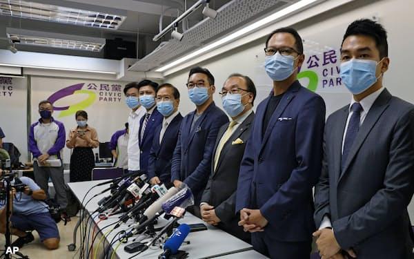 郭栄鏗氏(右から2人目)ら出馬禁止になった4人の扱いが焦点だ=AP