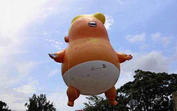 トランプ米大統領を風刺する「ベビー・トランプ」の風船(6月、米オクラホマ州)=AP