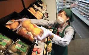 スーパーのまいばすけっとの店舗で働く、エー・ピーカンパニーが運営する居酒屋「塚田農場」の従業員(5月、東京都大田区)