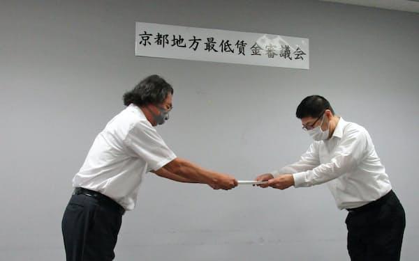 京都地方最低賃金審議会は最低賃金の据え置きを京都労働局長(右)に答申した(7日、京都市)