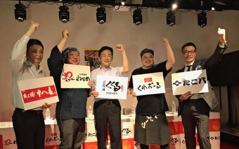 永尾社長(左から3人目)は「道頓堀の食の魅力を多くの人に感じてもらいたい」と意気込む