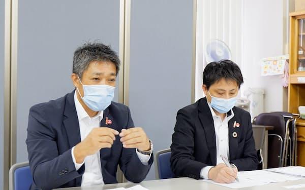 20年1~6月期の決算を発表する北海道コカ・コーラボトリングの矢野泰弘執行役員(左)(7日、札幌市)
