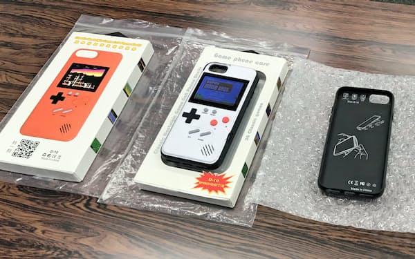 大阪府警が押収したスマートフォンケース型の海賊版ゲーム機(7月、大阪府警本部)