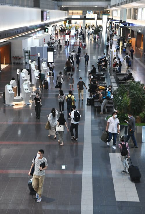 羽田空港から各地へ向かう人たち(7日)