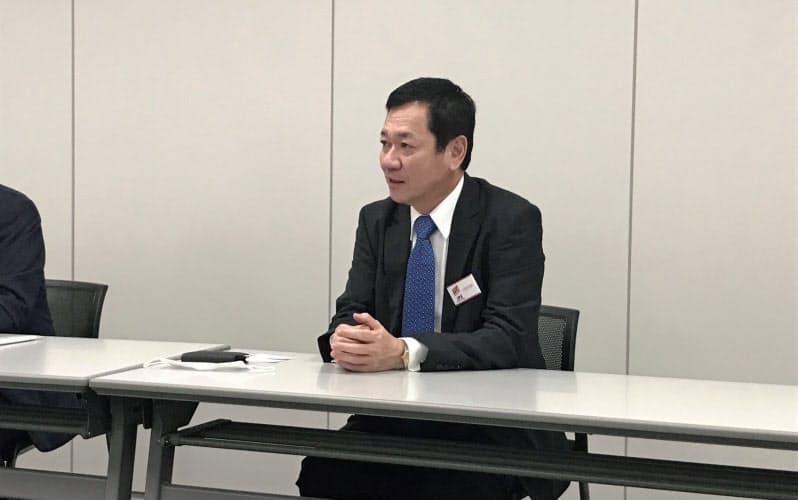 東証マザーズ上場後に記者会見を開いた T&Sの武川社長(7日、東京・中央)