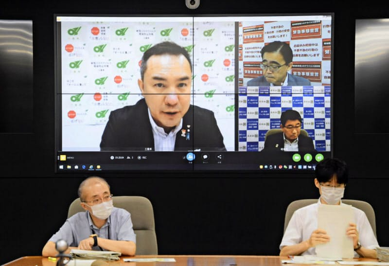 岐阜県庁で映し出された中部3県知事のテレビ会議の画面(7日午後)=共同