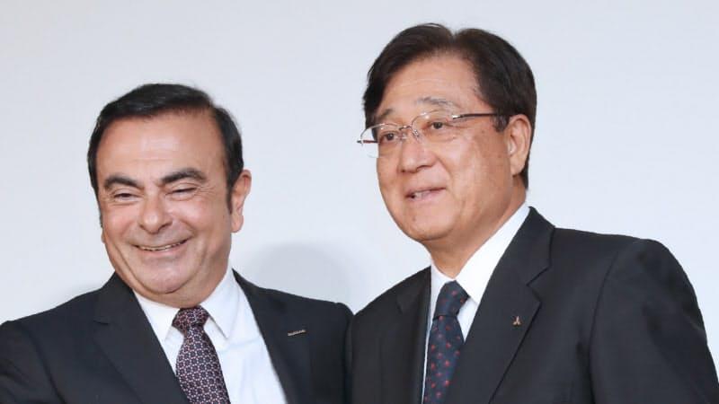 三菱自の益子氏(右)は日産のカルロス・ゴーン被告と関係が深かった(2016年の記者会見)