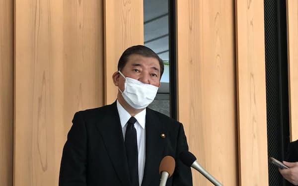 故吉田博美氏の墓参後、記者団の取材に応じる石破氏