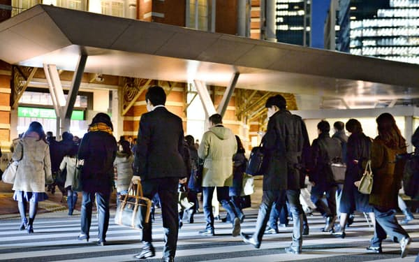 残業代の減少などによる所得の落ち込みが消費者心理に影を落とす(東京・丸の内)