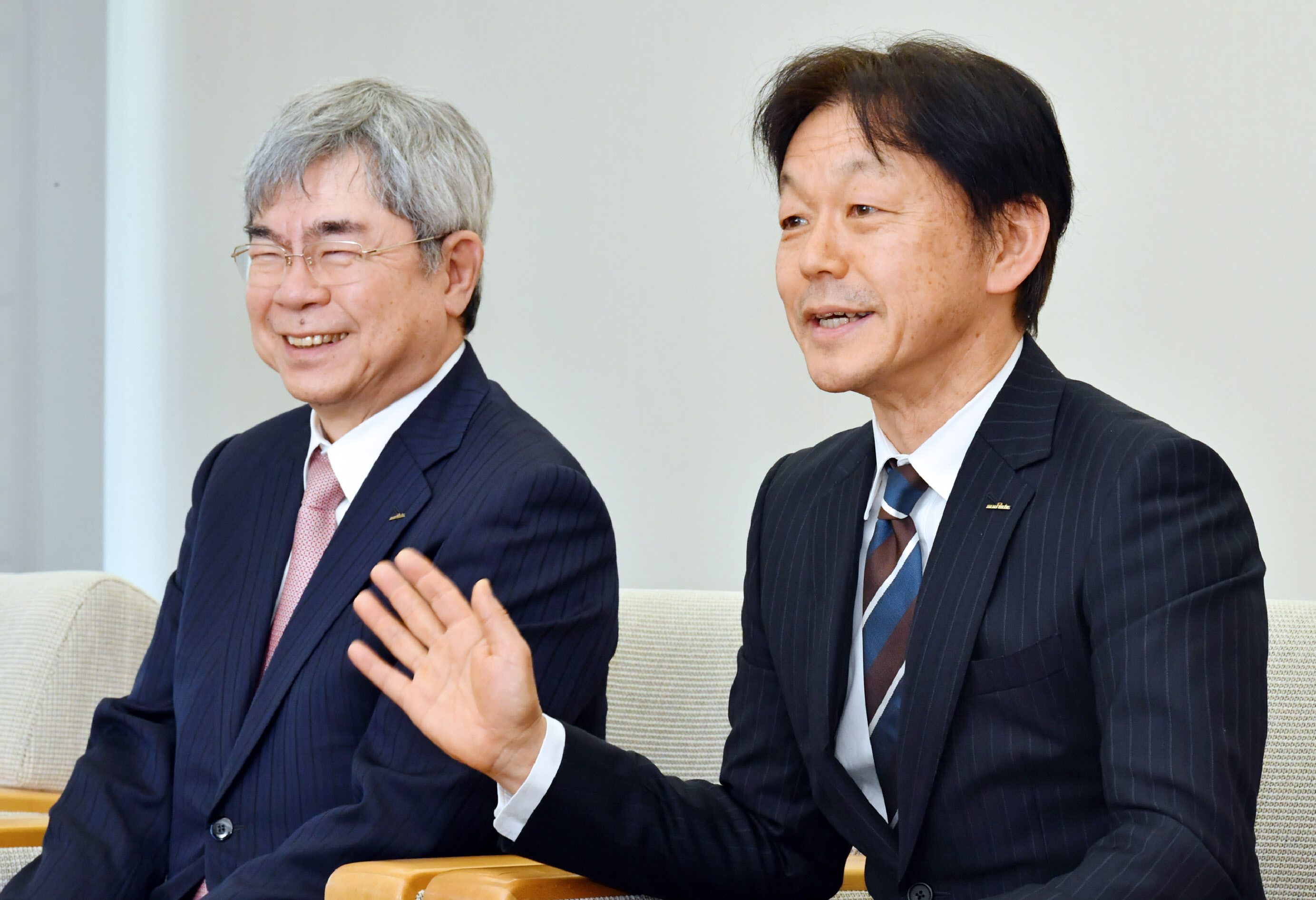 村田製作所の村田恒夫会長(左)から初めて創業家以外の社長のバトンを引き継いだ