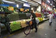 メキシコの物価は上昇基調だ(6月、メキシコシティの市場)=AP