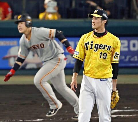 8月5日の巨人戦、六回2死一、三塁のピンチで藤波は岡本(左)に2点二塁打を許した=共同