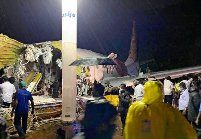 7日、旅客機が大破したインド・コーリコードの空港で、救助活動に当たる隊員ら=ゲッティ共同