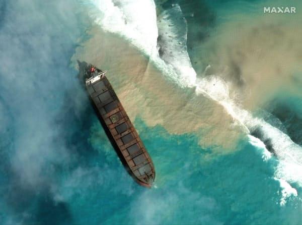 7日に提供されたモーリシャス沖で座礁した大型貨物船の衛星写真(Maxar Technologies提供)=AP
